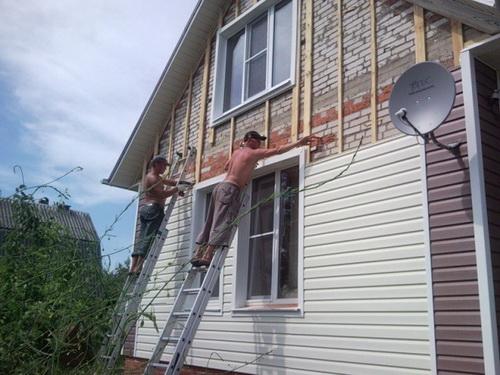 Фасад дома виниловым сайдингом можно сделать очень дешево. И красиво.