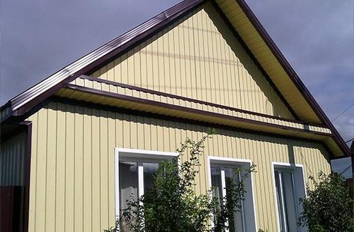 Обшивать деревянный дом профлистом можно на продажу - получается дешево и сердито.