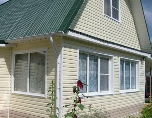 Если обшивать деревянный дом сайдингом, то получается вариант поинтереснее.